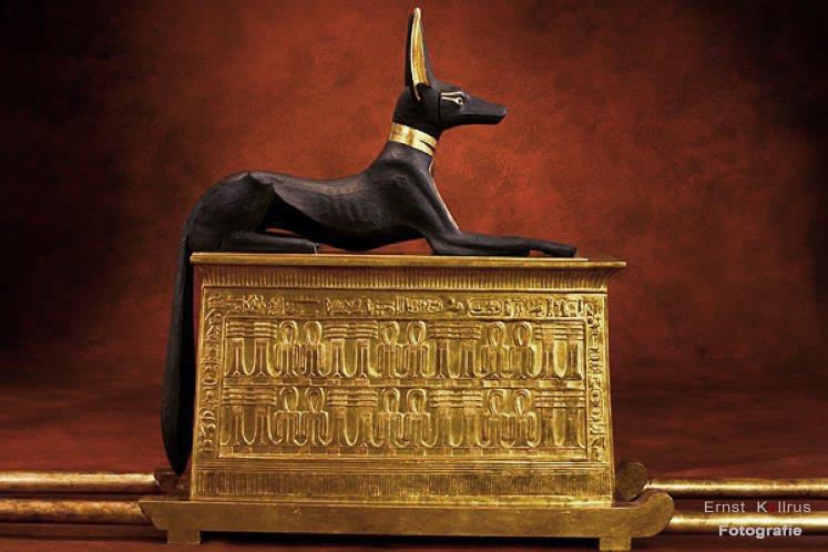 Anubis auf Totenschrein von Tutanchamun